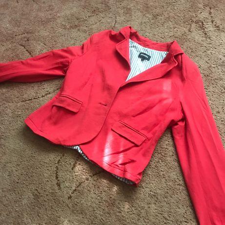 Віддам безкоштовно червоний піджак