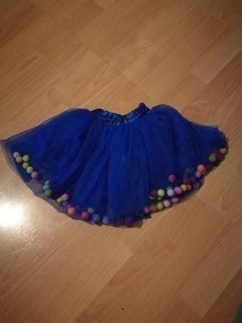 Tiulowa spódnica z pomponami
