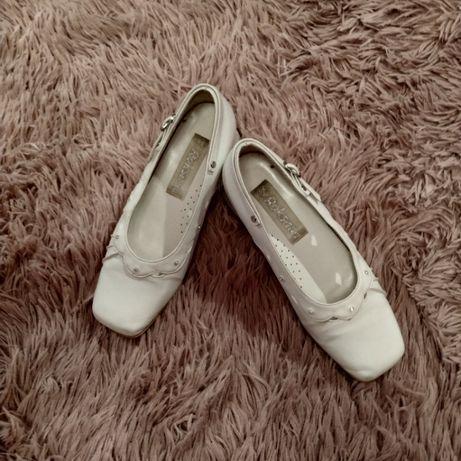 Białe skórzane buty komunijne r. 34