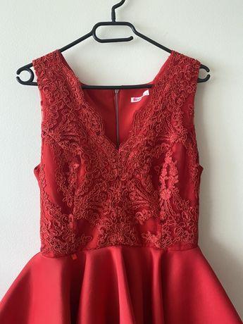 czerwona sukienka z koronką na wesele