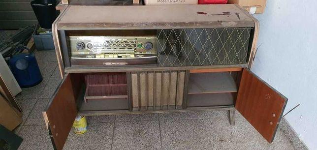 Móvel antigo com gira discos e rádio Saba