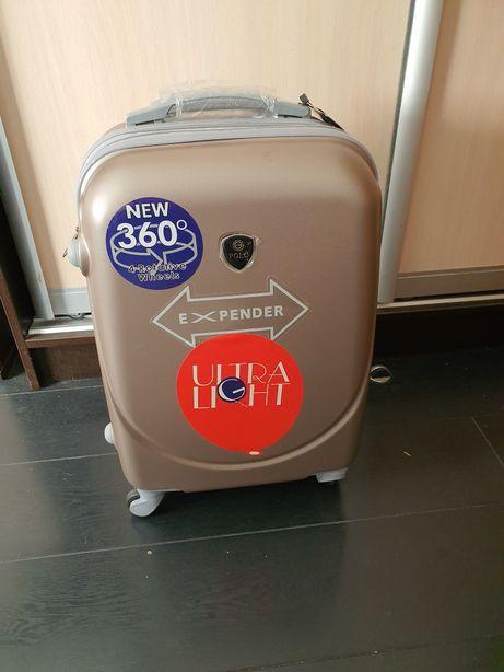 Новый, удобный чемодан