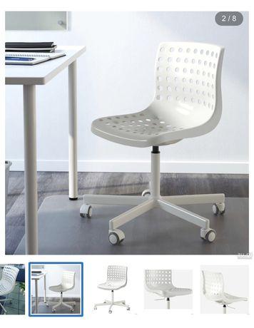Biale obrotowe krzesło ikea