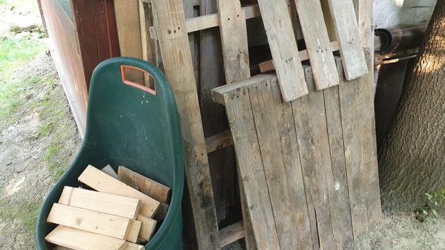 Oddam kilka starych palet, desek, paneli ogrodzeniowych. Opał