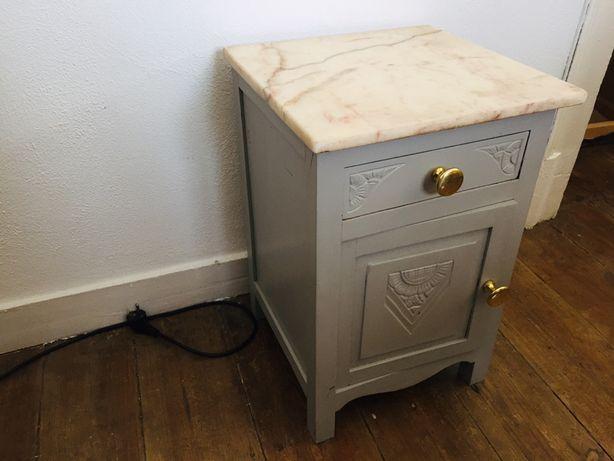 Mesa de cabeçeira antiga