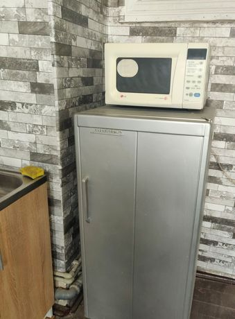 На запчасти холодильник и микроволновая печь