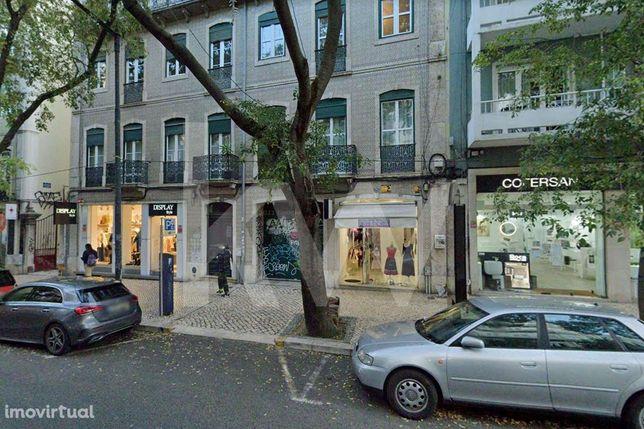 Loja na Rua Pascoal de Melo, junto à Estefânia, com dois lugares de es