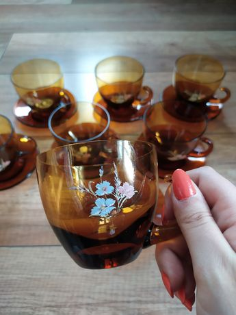 Filiżanki ze spodkami, brązowe szkło, zdobienie kwiatowe, kawa herbata