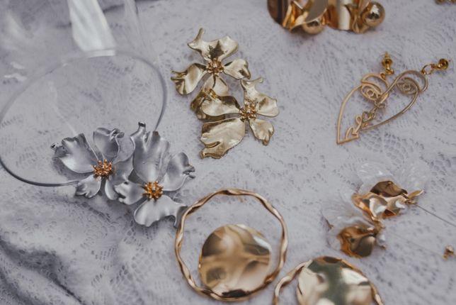 Минималистические крупные серьги кольца золотистого цвета