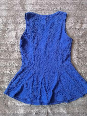 Niebieska bluzką z baskinką