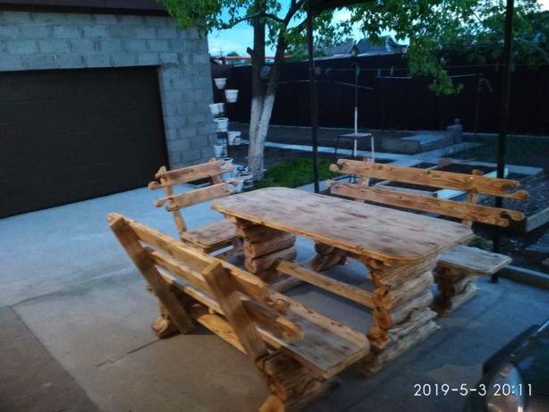 стол из дерева с двумя скамейками