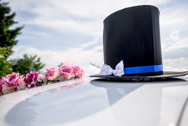 Ślubne ozdoby na samochód