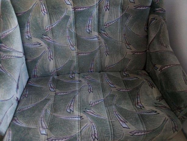 Zielona kanapa we wzory - nie rozkładana