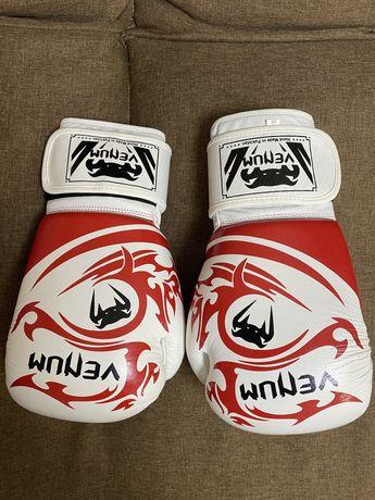 Боксерские перчатки Venum Tribal, красно-черные