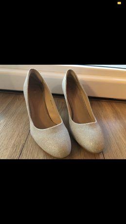 Blyszczace buty na obcasie