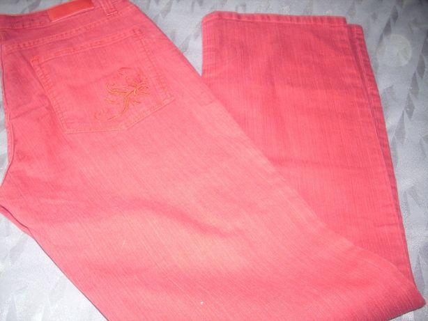 czerwone dżinsy