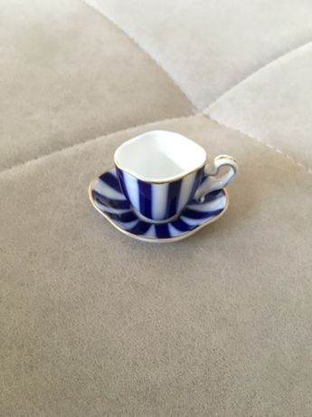 Chávena e pires miniatura em porcelana fina