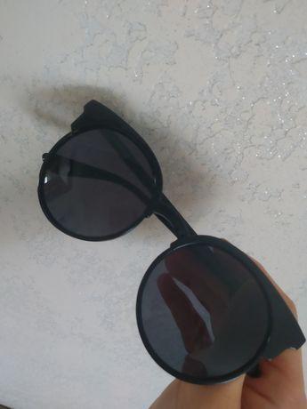 Чорні сонцезахисні окуляри