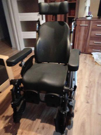 Wózek inwalidzki Vermeiren stabilizujący głowę.