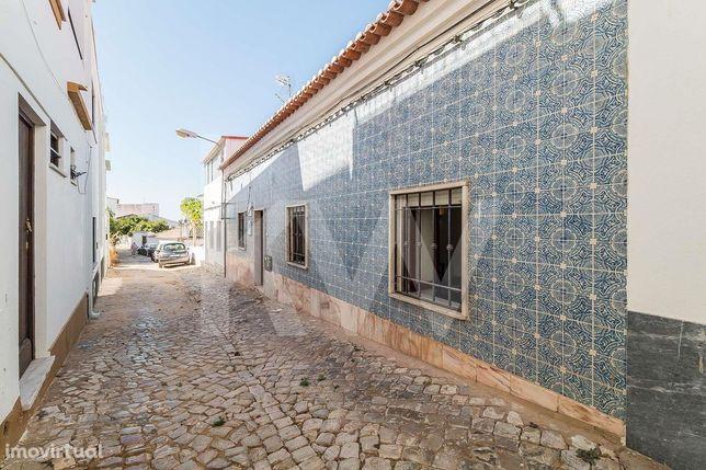 Moradia T2 com Terreno Urbano e Garagem em Alcantarilha - Algarve