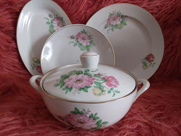 Фарфоровая супница с блюдами и тарелками