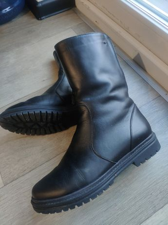 Черные кожаные ботинки, зима