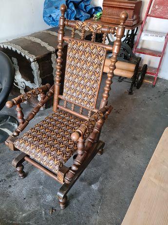 Fotel bujany na sprężynach.
