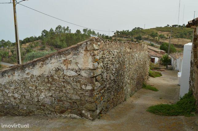 Moradia em estado de ruina no Sítio de Alcaria do Cume - Tavira