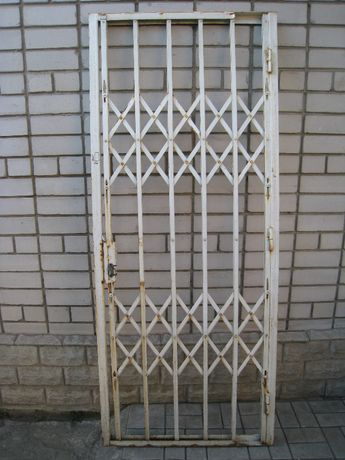 Продам решетку гармошку на входную дверь.