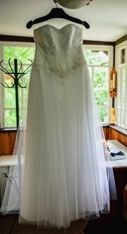 Suknia ślubna z gorsetem w zestawie z kołem i bolerkiem