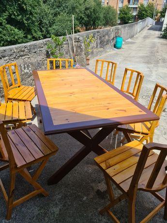 Mesa exterior em madeira com cadeiras