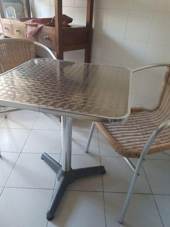 Mesa e duas cadeiras