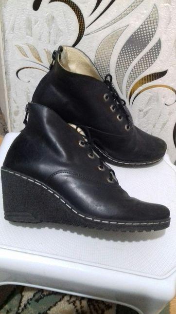Buty damskie r.37 z podeszwą antypoślizgową.,zamki,sznurówki
