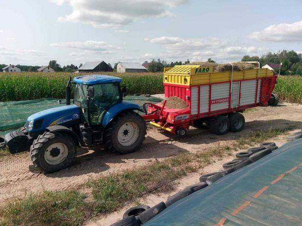 Zbiór trawy żyta przyczepą samozbierająca zbiór kukurydzy