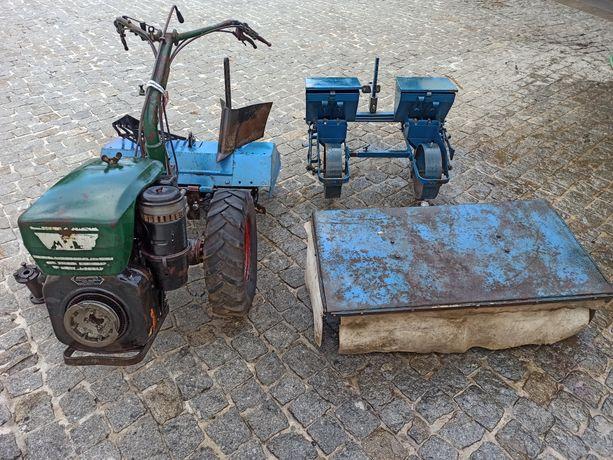 Motocultivador trator com várias alfaias