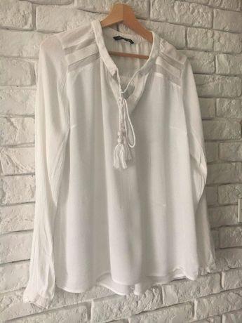 Biała bluzeczka z długim rękawem.