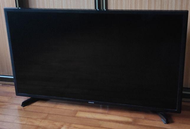 Smart TV Samsung 102 cm, com avaria nos leds