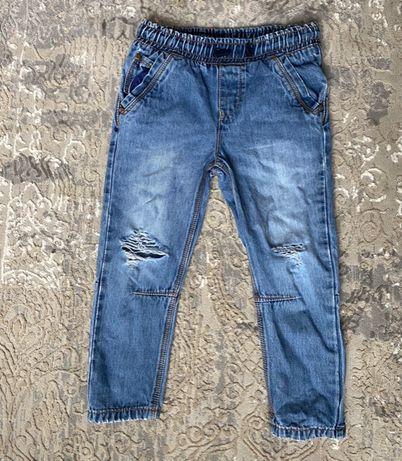 Стильные джинсы для мальчика с разрезами на коленках