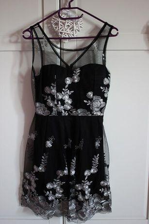 Czarna sukienka ze srebrnymi dodatkami