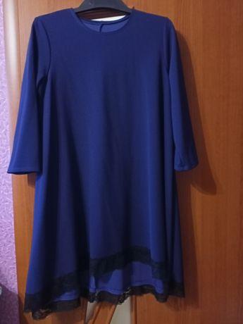 Женское нарядное платье синего цвета.