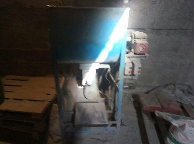 Фасовщик-смеситель в мешки для сухих смесей комбикорма...