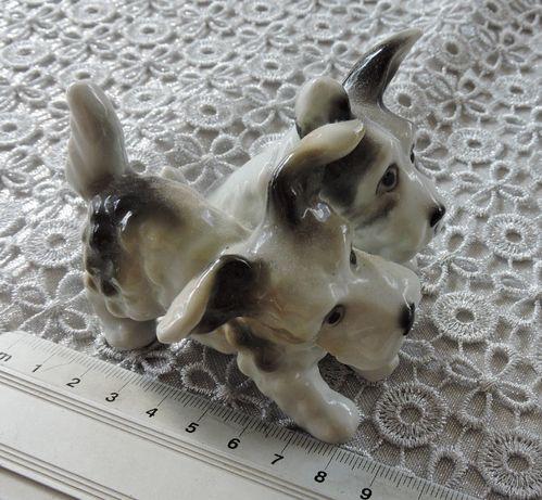 Sygnowana, porcelanowa figurka piesków terier
