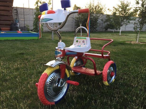 трехколесный велосипед синего цвета для двоих