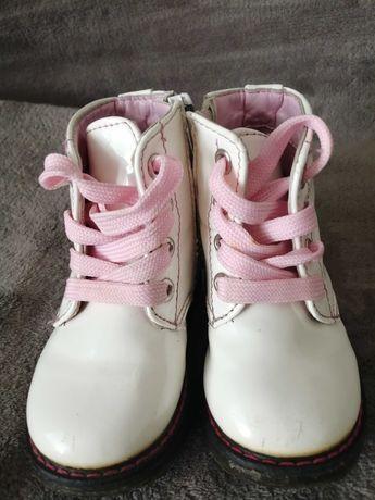 Ботинки белые с розовыми шнурками