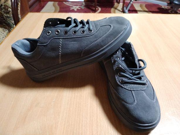 Нові кросівки чоловічі 40 розмір