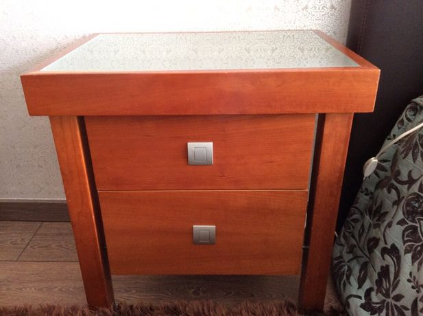 Mesa de cabeceira castanha em madeira