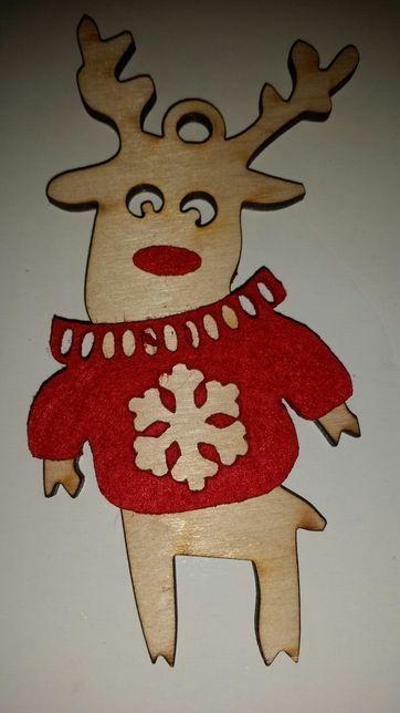 Renifer w swetrze ozdoba choinkowa drewno
