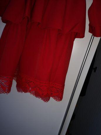 Śliczna sukienka z falbanką i koronką
