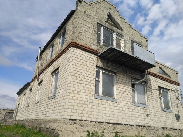 Дом два этажа, в поселке Андреевке с видом на лес.