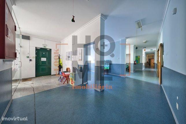 Prédio com cerca de 1.372,00 m2 em Almeirim